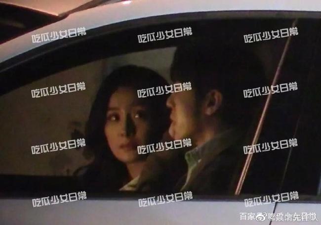 Sau tin đồn hẹn hò với Ngụy Đại Huân, Dương Mịch khóa môi Bạch Vũ say đắm trong xe hơi - Ảnh 2.