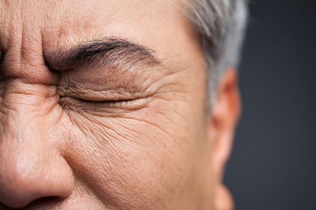 Người đàn ông 50 tuổi bị đột quỵ, mù một bên mắt sau khi xem phim bộ liền tù tì suốt 3 tuần - Ảnh 2.