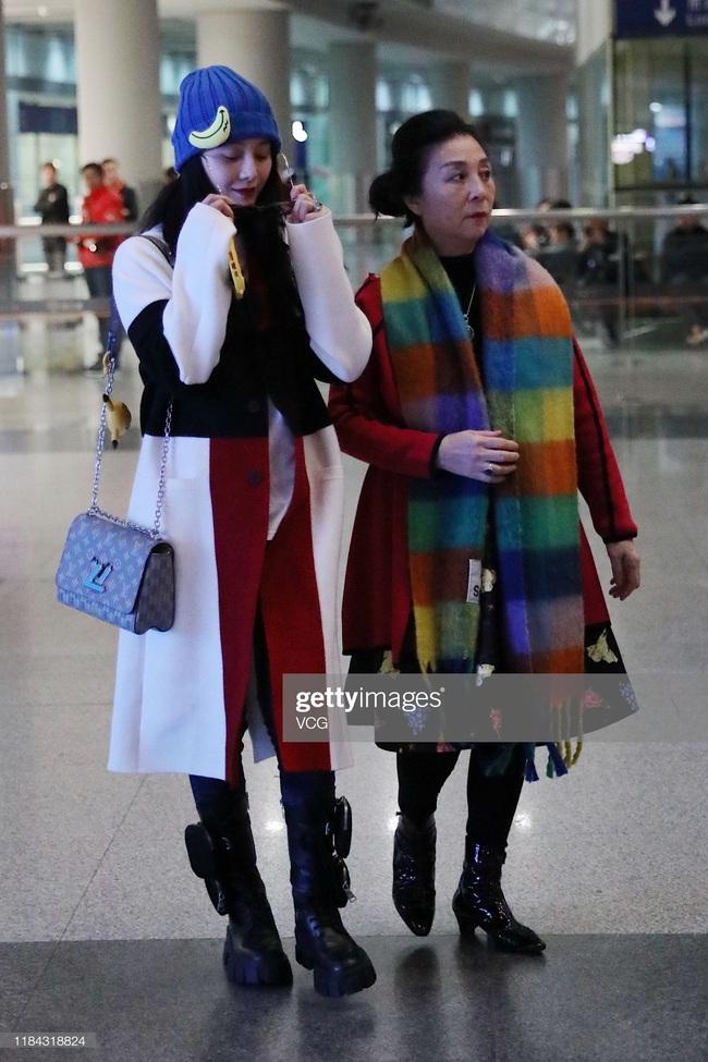 Hậu sandal trốn thuế, Phạm Băng Băng vẫn điện áo Chanel hơn 300 triệu nhưng nhân vật đứng bên cạnh mới là người gây bất ngờ nhất - Ảnh 4.