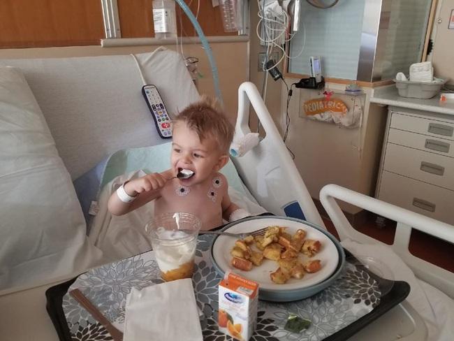 Bà mẹ lên tiếng cảnh báo khi con trai phải phẫu thuật 2 lần để gắp bỏng ngô sau khi bị nghẹn - Ảnh 2.