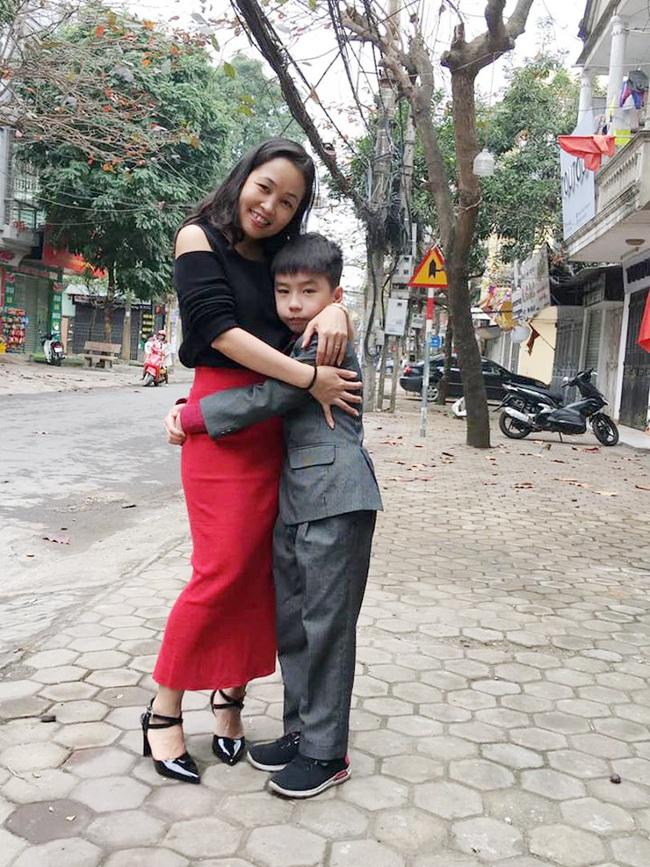 Con trai bị bạn học trêu chọc đến mức muốn tự tử, mẹ trẻ ở Hà Nội đến tận trường xử lý, cái kết khiến ai cũng vỗ tay thán phục - Ảnh 3.