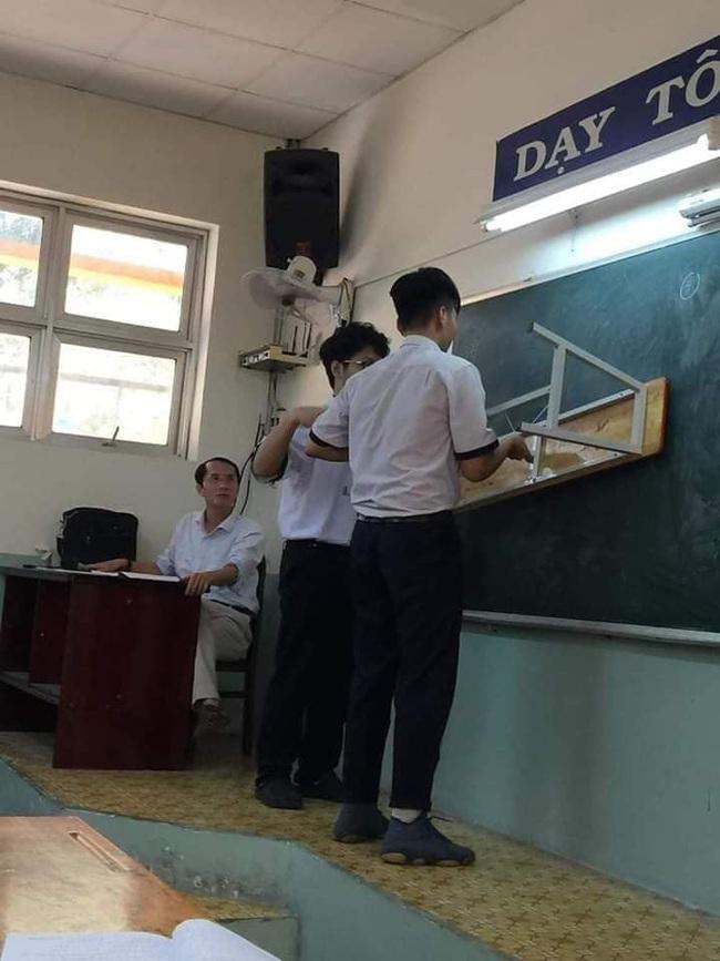 """Đi học quên không mang thước kẻ, hai cậu học sinh có pha """"chữa cháy"""" cực gắt, đến thầy giáo cũng hoảng hốt không thốt nên lời - Ảnh 2."""