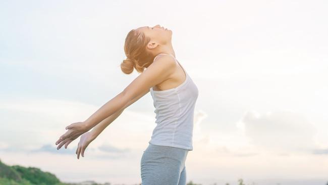 Tay mỏi mắt mờ lưng đau chớ lo, những bài tập vận động dưới đây sẽ giúp chị em công sở cải thiện sức khoẻ! - Ảnh 3.