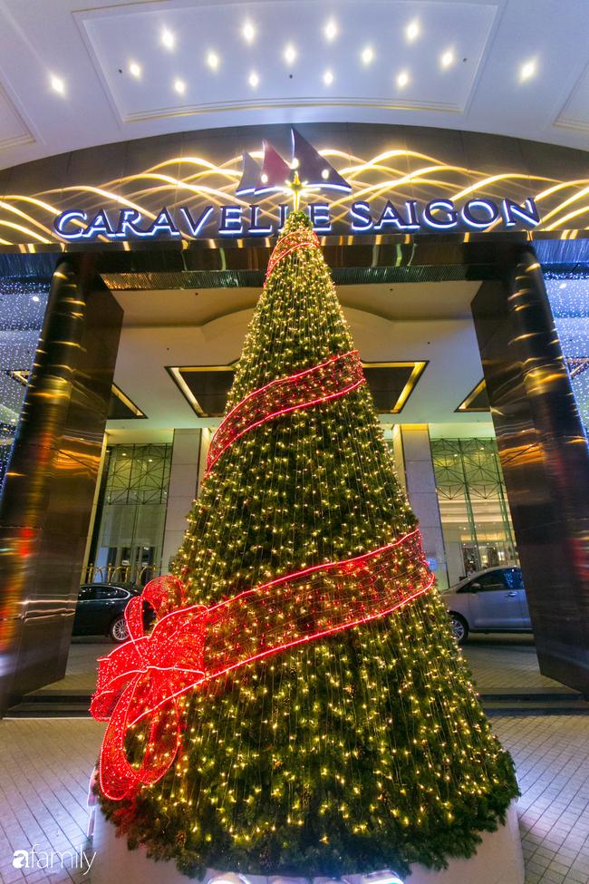 """Đây chính là những cây thông đẹp nhất, """"sống ảo"""" chất nhất mùa Noel năm nay ở Sài Gòn, đặc biệt gia đình nào cũng đang ùn ùn kéo tới! - Ảnh 13."""