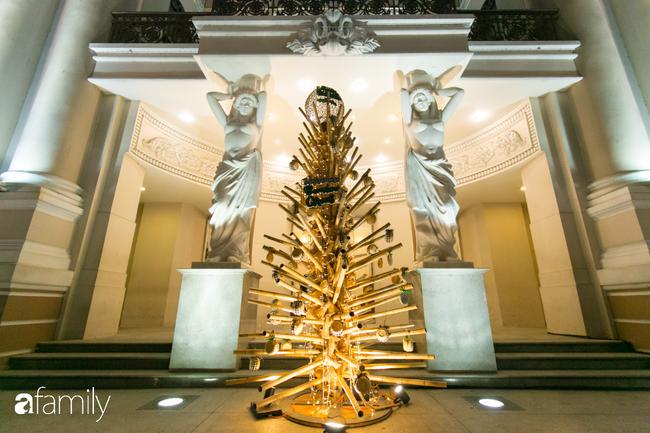 """Đây chính là những cây thông đẹp nhất, """"sống ảo"""" chất nhất mùa Noel năm nay ở Sài Gòn, đặc biệt gia đình nào cũng đang ùn ùn kéo tới! - Ảnh 1."""