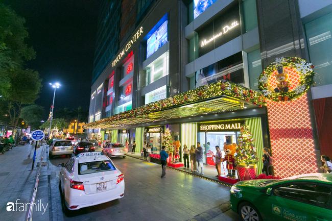 """Đây chính là những cây thông đẹp nhất, """"sống ảo"""" chất nhất mùa Noel năm nay ở Sài Gòn, đặc biệt gia đình nào cũng đang ùn ùn kéo tới! - Ảnh 7."""