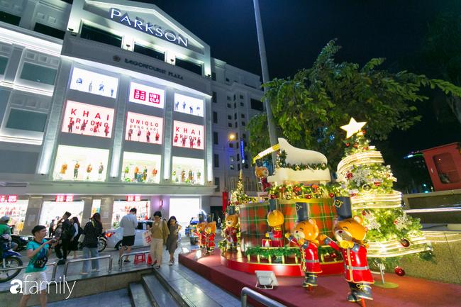 """Đây chính là những cây thông đẹp nhất, """"sống ảo"""" chất nhất mùa Noel năm nay ở Sài Gòn, đặc biệt gia đình nào cũng đang ùn ùn kéo tới! - Ảnh 8."""