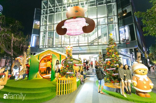 """Đây chính là những cây thông đẹp nhất, """"sống ảo"""" chất nhất mùa Noel năm nay ở Sài Gòn, đặc biệt gia đình nào cũng đang ùn ùn kéo tới! - Ảnh 14."""