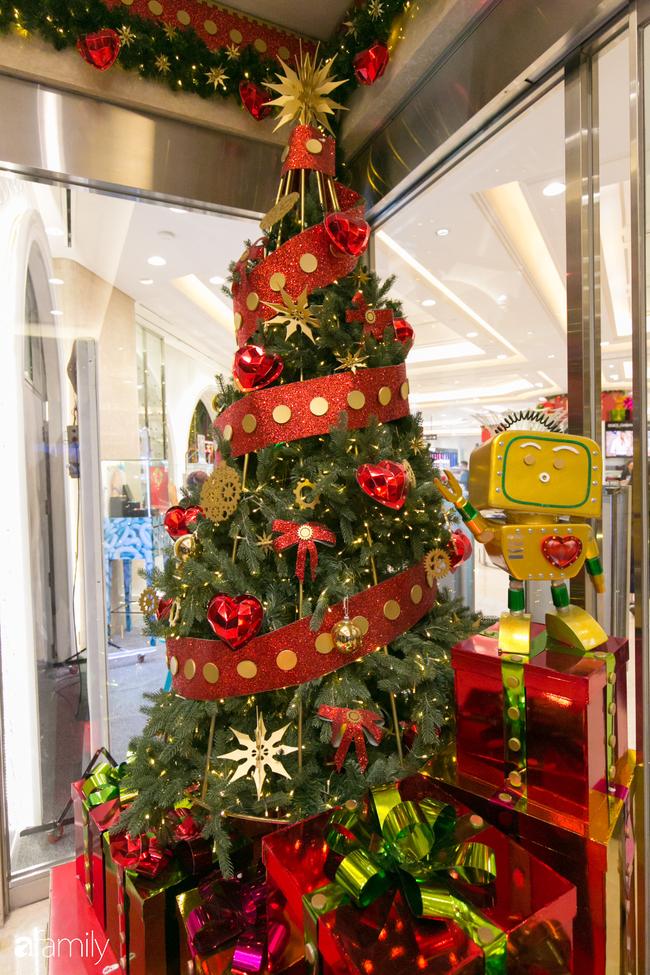 """Đây chính là những cây thông đẹp nhất, """"sống ảo"""" chất nhất mùa Noel năm nay ở Sài Gòn, đặc biệt gia đình nào cũng đang ùn ùn kéo tới! - Ảnh 19."""