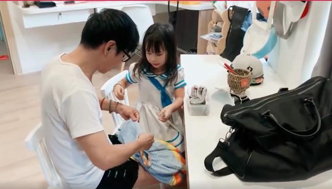 Là đại gia của showbiz Việt nhưng Lý Hải lại cặm cụi may khâu vá váy cho con gái, thành quả mới thật bất ngờ - Ảnh 2.