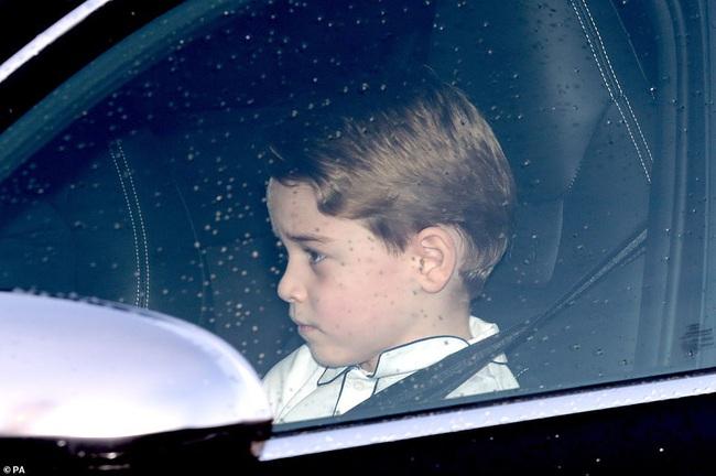 Gia đình Công nương Kate hiếm hoi xuất hiện đông đủ, hình ảnh mới nhất của Hoàng tử út Lousi khiến ai cũng giật mình xuýt xoa - Ảnh 5.