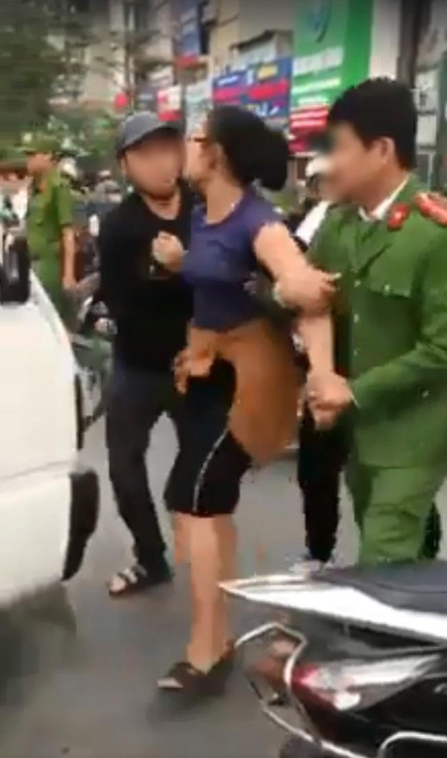 Va chạm với một cậu bé đi xe đạp điện, người phụ nữ liền nổi đóa, túm cổ áo chú đứng can, bị công an đưa về trụ sở vẫn chửi bới om sòm - Ảnh 3.