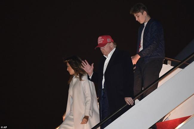 """Gia đình Tổng thống Mỹ quay trở về sau kỳ nghỉ lễ, Barron Trump lại gây thương nhớ với vẻ ngoài lạnh lùng, sở hữu góc nghiêng """"thần thánh"""" - Ảnh 2."""