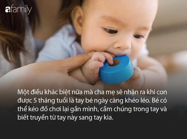 Tay khéo léo hơn và nói nhiều hơn là những cột mốc phát triển quan trọng của bé 5 tháng tuổi - Ảnh 1.