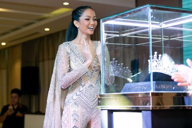 Hoa hậu H'Hen Niê mặc jumpsuit xuyên thấu: Sự chú ý của dân tình lại va ngay vào miếng lót ngực to lù lù - Ảnh 2.
