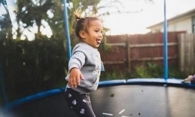 Các chuyên gia lên tiếng cảnh báo nguy hiểm khi trẻ chơi bạt nhún: nhảy trên bạt nhún như lấy búa đập vào đầu - Ảnh 1.