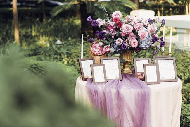 """""""Đám cưới dải thiên hà"""" siêu chất với toàn bộ hoa trang trí """"tím lịm tìm sim"""" của cô dâu Việt và chú rể Mỹ tại sân vườn một khách sạn Hà Nội - Ảnh 9."""