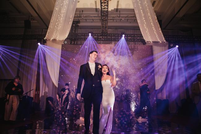 Đám cưới dải thiên hà tím, toàn bộ hoa trang trí tím của cô dâu Việt và chú rể Mỹ tại sân vườn một khách sạn Hà Nội - Ảnh 1.
