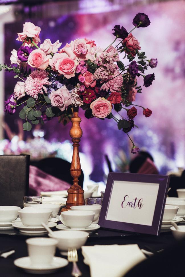 Đám cưới dải thiên hà tím, toàn bộ hoa trang trí tím của cô dâu Việt và chú rể Mỹ tại sân vườn một khách sạn Hà Nội - Ảnh 5.