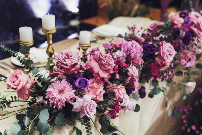 """""""Đám cưới dải thiên hà"""" siêu chất với toàn bộ hoa trang trí """"tím lịm tìm sim"""" của cô dâu Việt và chú rể Mỹ tại sân vườn một khách sạn Hà Nội - Ảnh 12."""