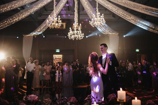 Đám cưới dải thiên hà tím, toàn bộ hoa trang trí tím của cô dâu Việt và chú rể Mỹ tại sân vườn một khách sạn Hà Nội - Ảnh 8.