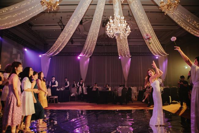Đám cưới dải thiên hà tím, toàn bộ hoa trang trí tím của cô dâu Việt và chú rể Mỹ tại sân vườn một khách sạn Hà Nội - Ảnh 7.