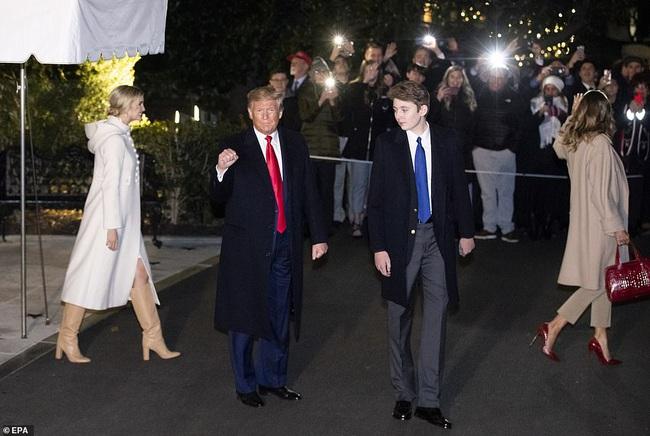Barron Trump đốn tim hàng ngàn người hâm mộ, tỏa sáng như một ngôi sao, lu mờ cả nữ thần Nhà trắng Ivanka - Ảnh 4.