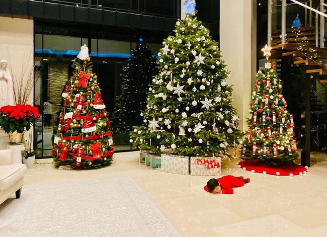 Bé Thiên Từ con trai Đan Trường mệt nhoài vì trang trí tận 5 cây thông Noel, nhìn biệt thự mà tưởng trung tâm thương mại - Ảnh 4.