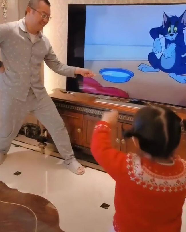 Clip triệu view: Con gái sung sướng reo hò vì bố nhập vai đóng Tom và Jerry quá chất - Ảnh 3.