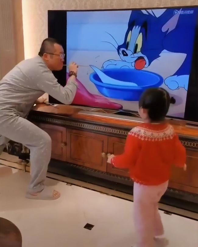 Clip triệu view: Con gái sung sướng reo hò vì bố nhập vai đóng Tom và Jerry quá chất - Ảnh 4.