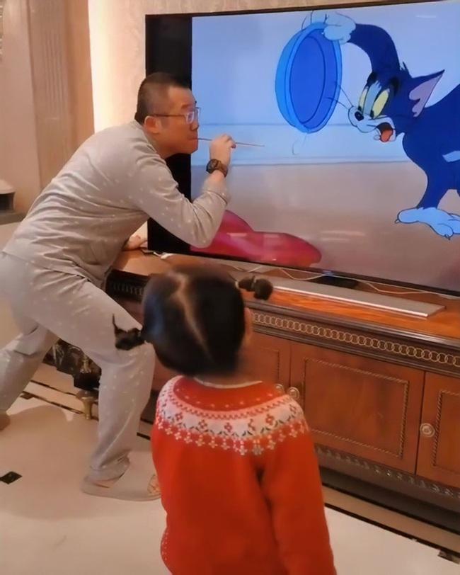 Clip triệu view: Con gái sung sướng reo hò vì bố nhập vai đóng Tom và Jerry quá chất - Ảnh 5.