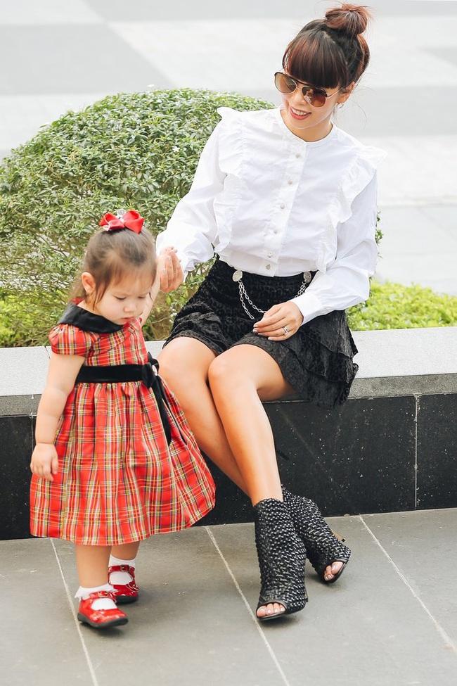 """Bé Myla con gái Hà Anh đốn tim dân mạng với bộ ảnh mừng Giáng sinh tưng bừng, thần thái """"chặt đẹp"""" cả người mẹ siêu mẫu - Ảnh 1."""