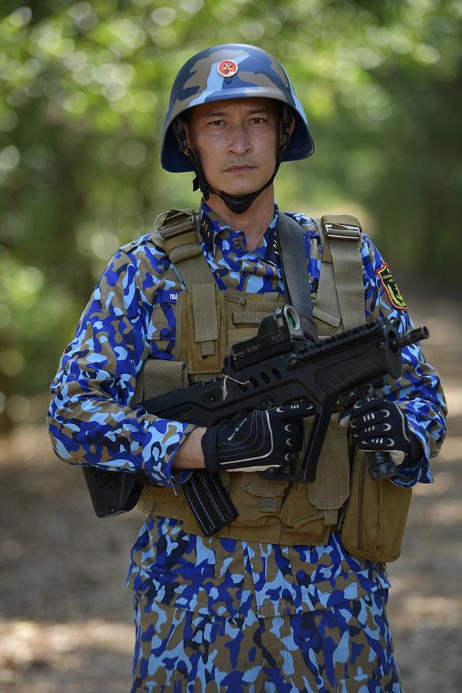 """""""Sao nhập ngũ"""": Huy Khánh sướng rơn vì được cầm súng bắn đạn thật, thỏa ước mơ làm bộ đội - Ảnh 4."""