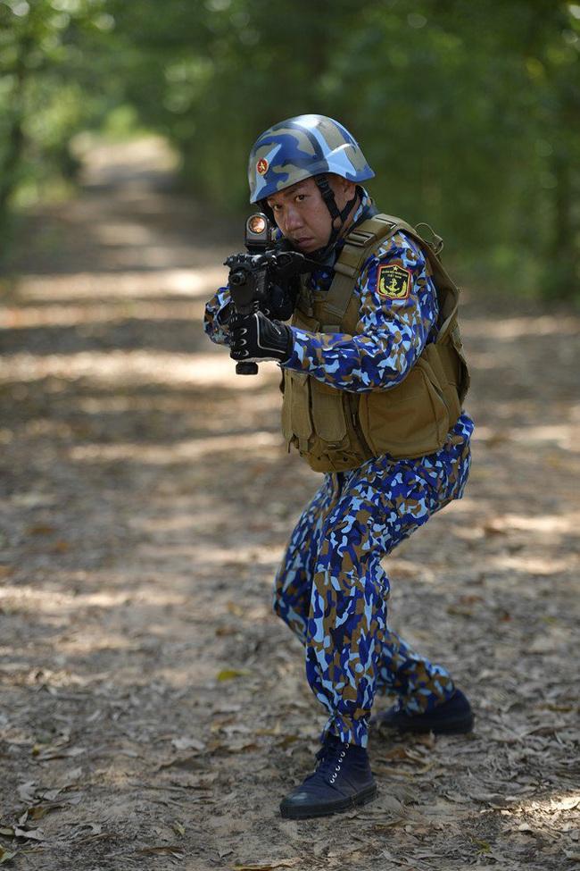 """""""Sao nhập ngũ"""": Huy Khánh sướng rơn vì được cầm súng bắn đạn thật, thỏa ước mơ làm bộ đội - Ảnh 3."""