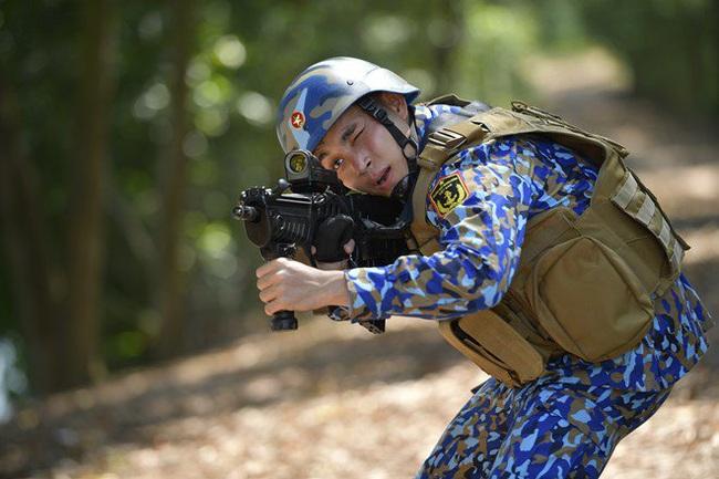 """""""Sao nhập ngũ"""": Huy Khánh sướng rơn vì được cầm súng bắn đạn thật, thỏa ước mơ làm bộ đội - Ảnh 5."""