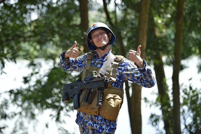 """""""Sao nhập ngũ"""": Huy Khánh sướng rơn vì được cầm súng bắn đạn thật, thỏa ước mơ làm bộ đội - Ảnh 2."""