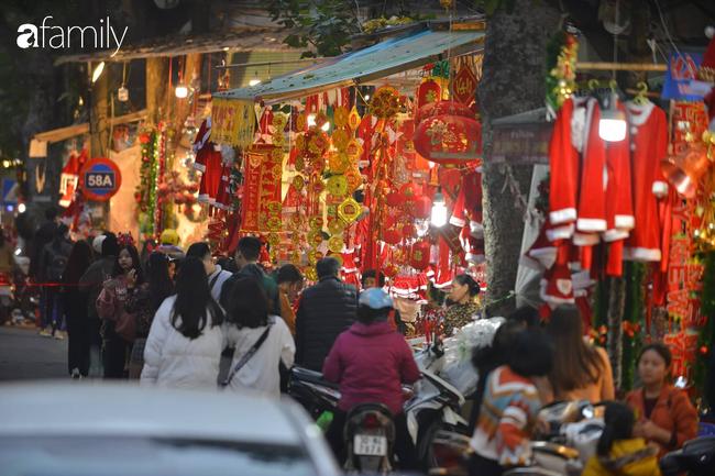 Phố Hàng Mã lung linh mùa Giáng sinh, con nhỏ thích thú đi sắm đồ cùng bố mẹ - Ảnh 2.