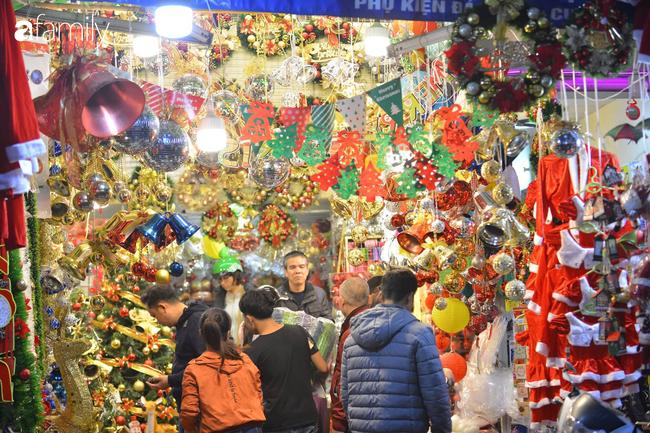 Phố Hàng Mã lung linh mùa Giáng sinh, con nhỏ thích thú đi sắm đồ cùng bố mẹ - Ảnh 3.
