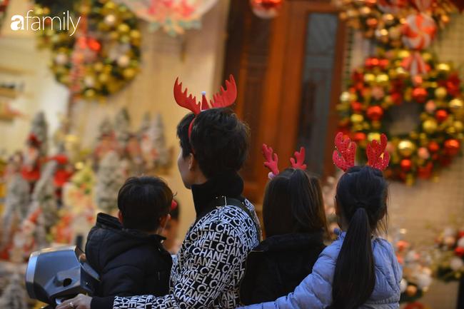 Phố Hàng Mã lung linh mùa Giáng sinh, con nhỏ thích thú đi sắm đồ cùng bố mẹ - Ảnh 7.
