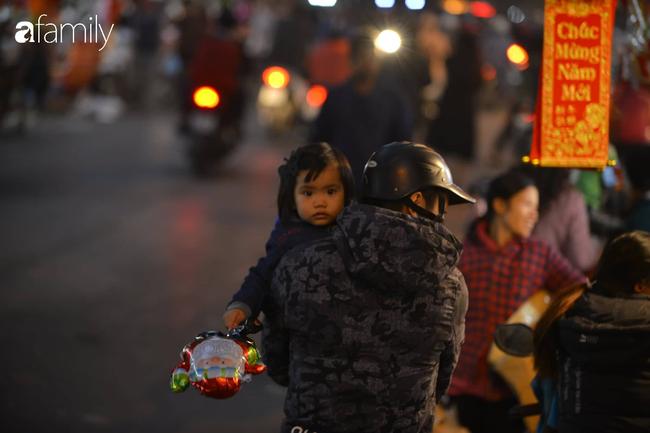 Phố Hàng Mã lung linh mùa Giáng sinh, con nhỏ thích thú đi sắm đồ cùng bố mẹ - Ảnh 9.