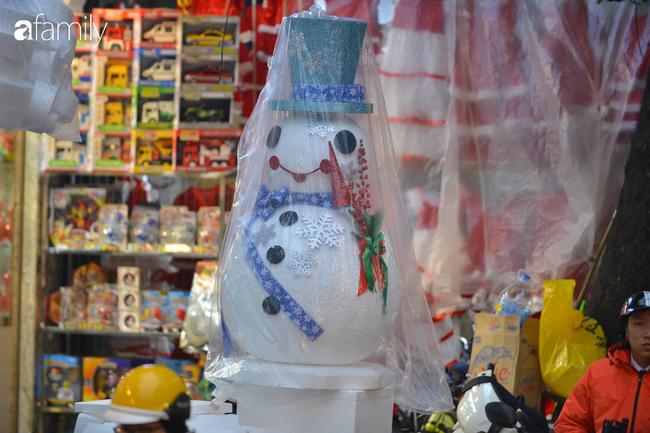 Phố Hàng Mã lung linh mùa Giáng sinh, con nhỏ thích thú đi sắm đồ cùng bố mẹ - Ảnh 16.