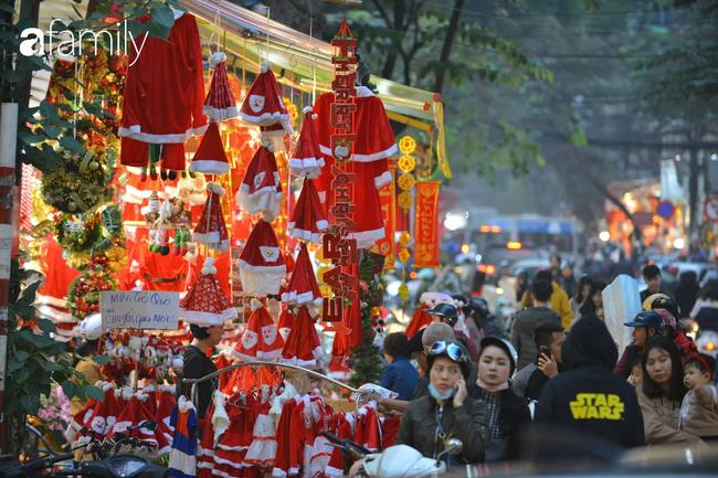 Phố Hàng Mã lung linh mùa Giáng sinh, con nhỏ thích thú đi sắm đồ cùng bố mẹ - Ảnh 17.