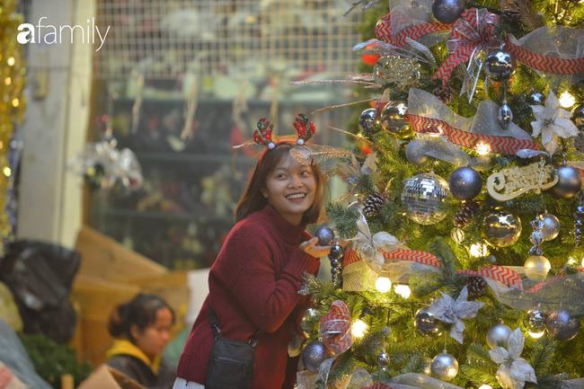 Phố Hàng Mã lung linh mùa Giáng sinh, con nhỏ thích thú đi sắm đồ cùng bố mẹ - Ảnh 13.