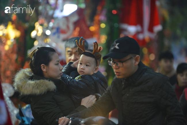 Phố Hàng Mã lung linh mùa Giáng sinh, con nhỏ thích thú đi sắm đồ cùng bố mẹ - Ảnh 10.