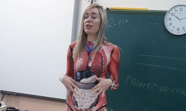 Muốn học sinh hiểu rõ các bộ phận cơ thể người, cô giáo mặc nguyên bộ đồ in hình nội tạng đi dạy, pha tâm huyết nhất năm là đây - Ảnh 1.