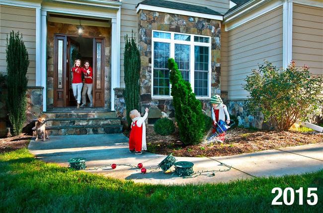 """Cặp vợ chồng đông con chụp ảnh """"phơi bày sự thật"""" về lễ Giáng sinh và tình hình ngày càng """"khó đỡ"""" khi lũ trẻ lớn dần lên - Ảnh 3."""
