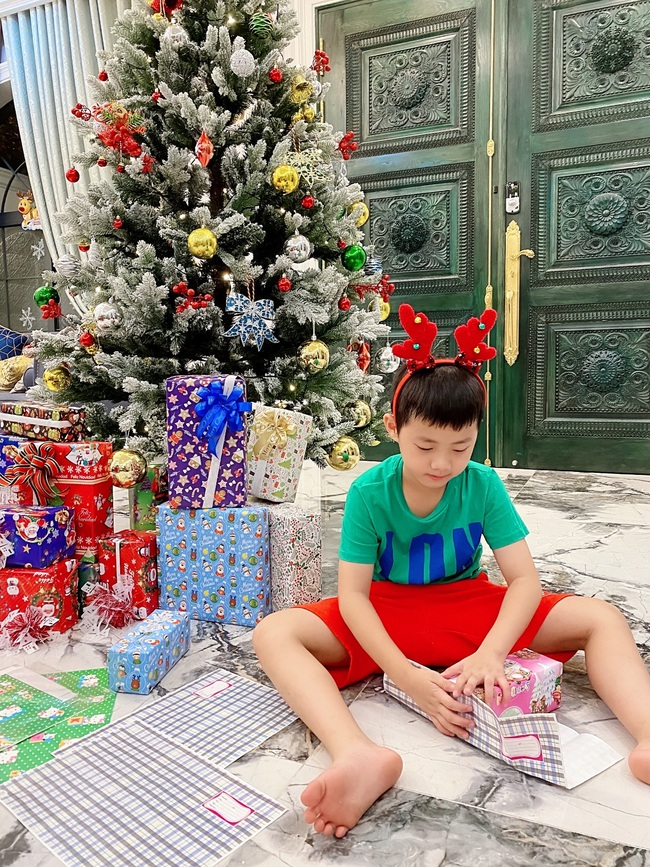 """Tự giác làm việc nhà là thế nhưng lúc xin quà Giáng sinh, """"thánh ăn"""" nhà Đăng Khôi - Thủy Anh lại chỉ thích món đồ rẻ tiền này - Ảnh 1."""