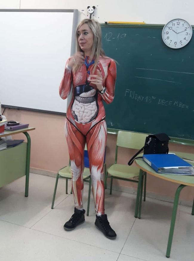 Muốn học sinh hiểu rõ các bộ phận cơ thể người, cô giáo mặc nguyên bộ đồ in hình nội tạng đi dạy, pha tâm huyết nhất năm là đây - Ảnh 2.