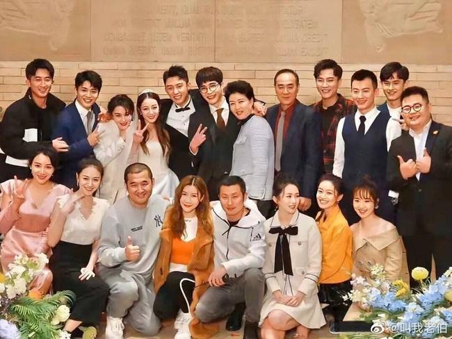 Địch Lệ Nhiệt Ba diện váy cưới lộng lẫy, cười hạnh phúc bên chú rể Hoàng Cảnh Du - Ảnh 3.