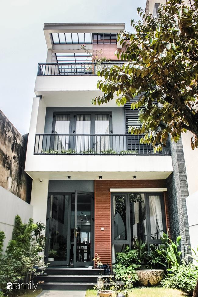 Ngôi nhà phố cho gia đình 3 thế hệ với chiều dài 36m2 tạo ấn tượng mạnh nhờ tông màu trung tính ở Hà Nội - Ảnh 1.